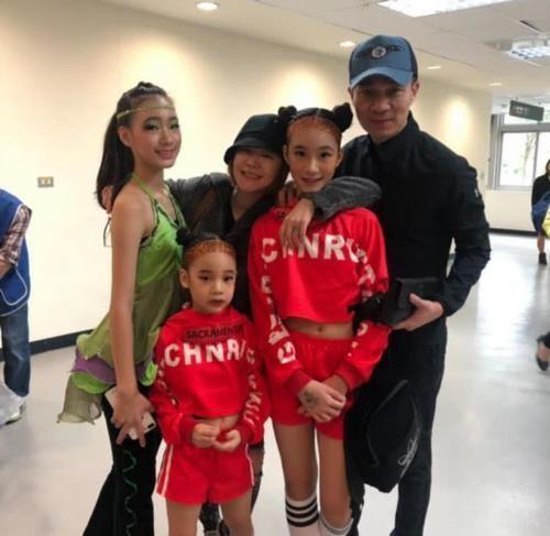 小S三女兒舞蹈比賽拿金牌,當媽媽的忍不住大哭,曬女兒嘴咬金牌倒立照