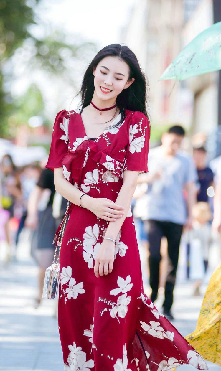 街拍:氣質端莊典雅的姑娘,淡紅色連衣裙簡約又顯落落大方