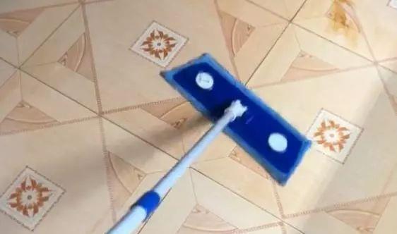 用清水拖地等于没拖,从家政公司那偷学一招,拖地又快又干净!