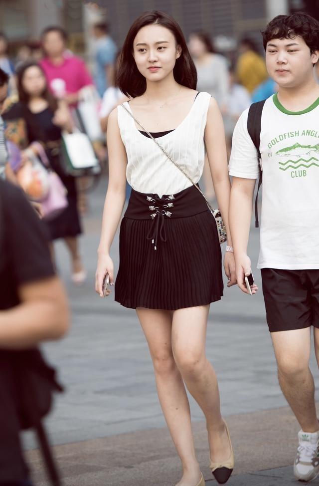 小姐姐一張清純初戀臉, 吊帶搭配超短裙, 帶你重回少女時代