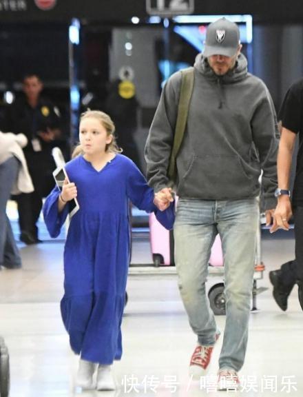 小七身穿蓝色长裙可爱甜美,跟贝克汉姆牵手被宠爱,气质赶上贝嫂