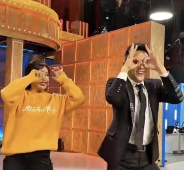 66歲劉曉慶近況,與小23歲男星同框跳舞,卻被調侃動作與臉一樣僵