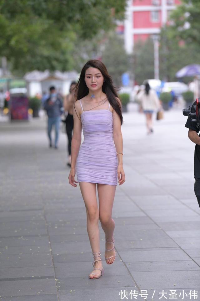 """美女街拍:街頭美女的另類造型,把""""蝴蝶""""當項鏈,讓""""鞋帶""""做腳鏈"""