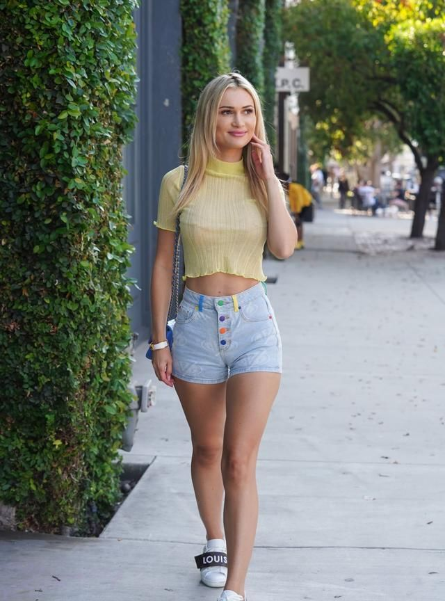 女星埃拉·罗斯现身洛杉矶街头,她看起来柔美迷人