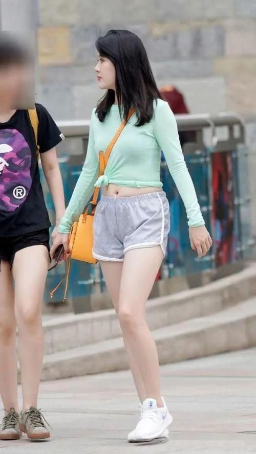 小姐姐選擇時尚大方的短褲裝,秀出青春和美好,活力十足!