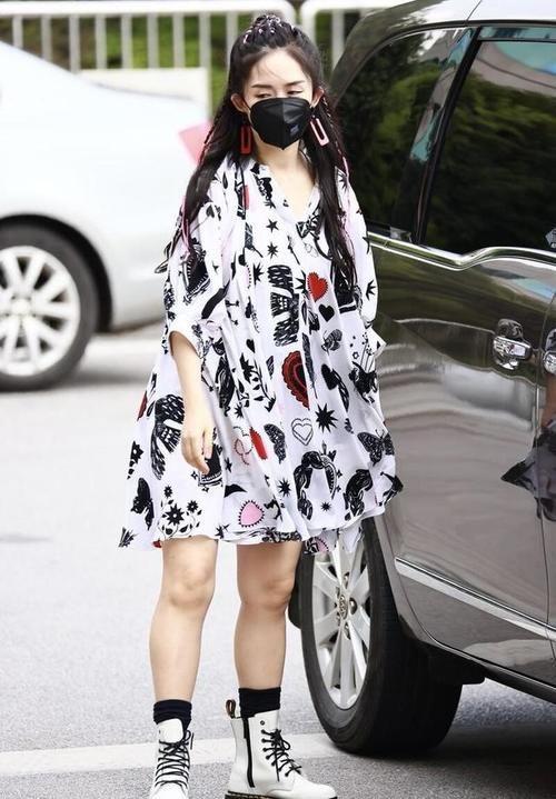 靴子|谢娜把自己打扮成小姑娘,印花衬衫裙穿得可爱,配靴子看着挺潮流