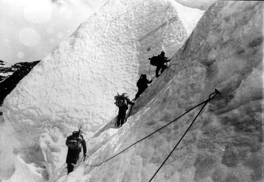 珠穆朗玛峰的峰顶属于哪个国家?