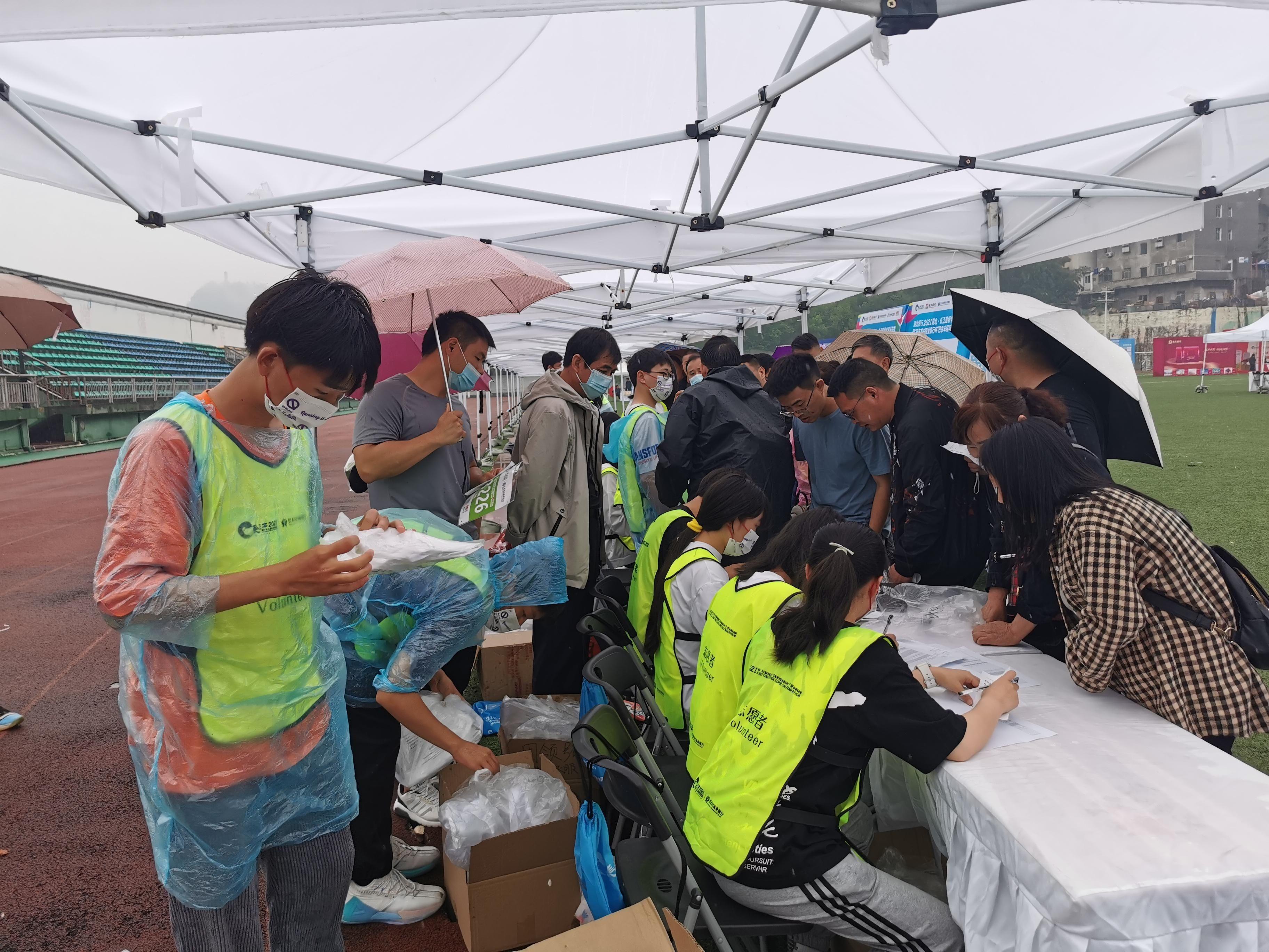 「長馬」(巴東站)倒計時兩天 參賽選手有序領取參賽包