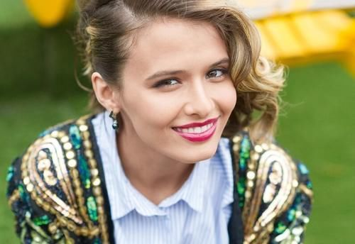 3位美麗的女演員-她們首映在俄羅斯第一頻道