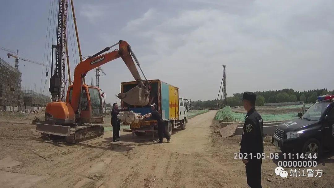成功引爆!江苏靖江:挖掘机施工时挖出一枚圆柱形疑似炸弹的物体