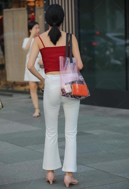 喇叭裤加短款背心,红与白的相撞,展现优雅高贵
