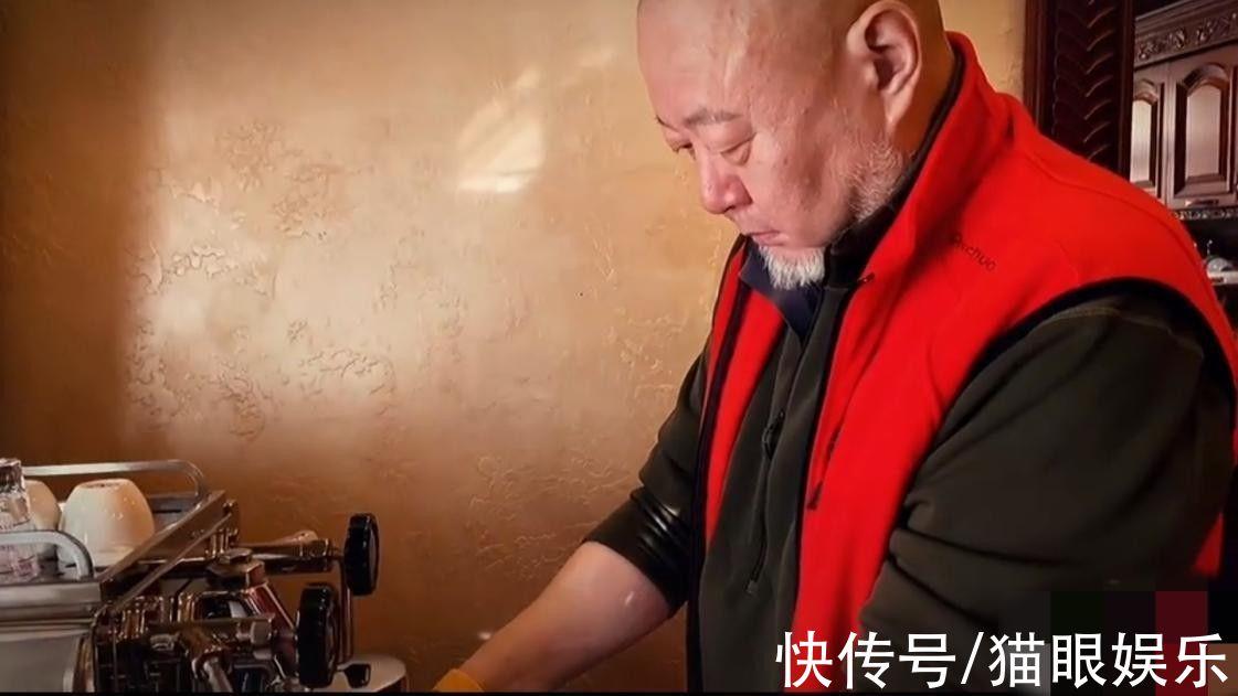 59岁火风罕晒近况,亲自做高级手磨咖啡待客,豪宅布局超气派