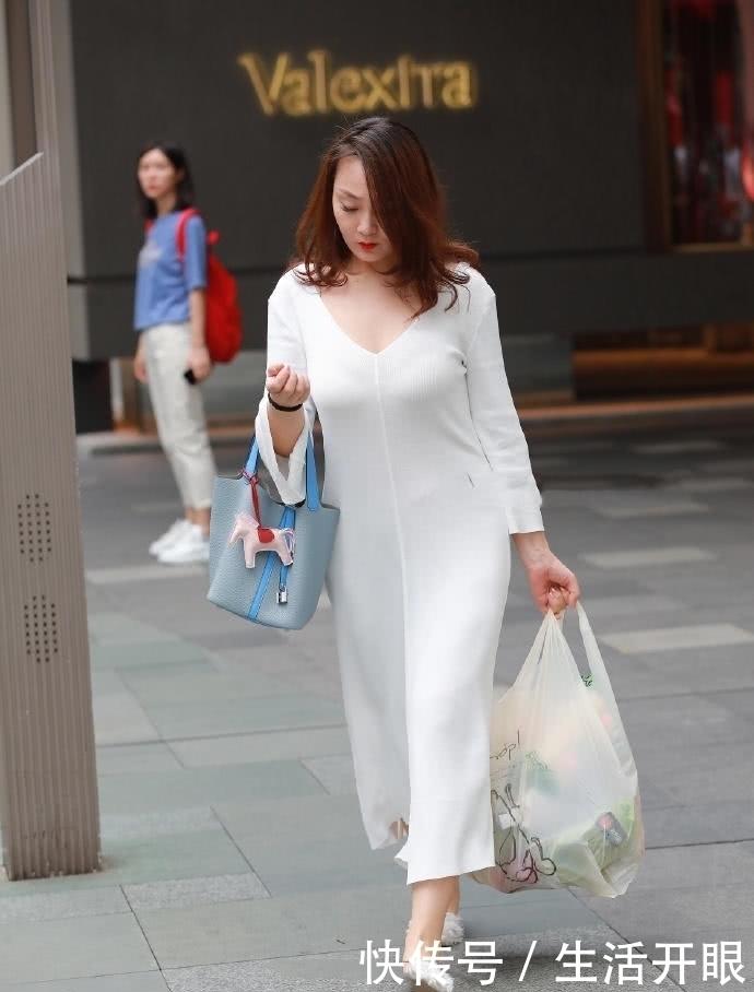 豐腴的成熟女人,穿修身連衣裙,顯體態渾圓飽滿美