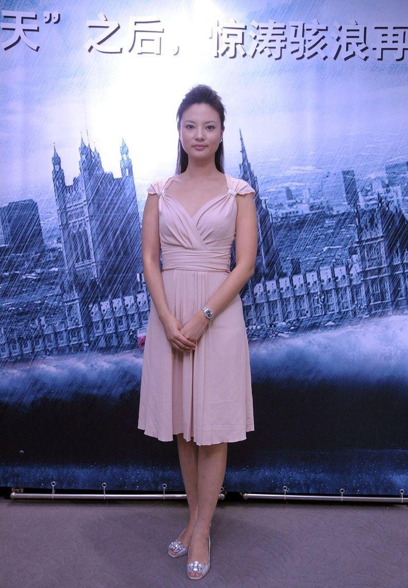 有一種嬌嫩叫年輕的劉芳菲, 穿背心裙看著挺青澀, 肌膚飽滿又滑嫩