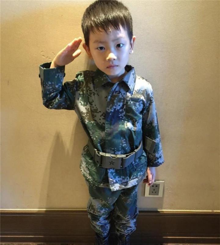 王宝强带儿子罕见现身,10岁儿子乖巧帅气,身高成为亮点