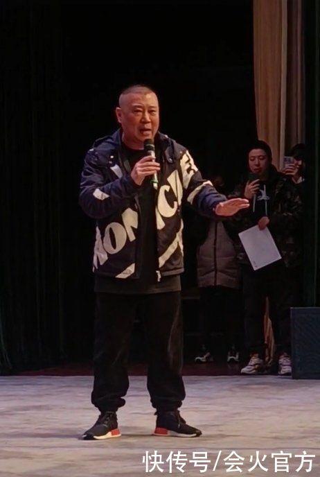 48歲郭德綱成娛樂圈富豪!穿萬元外套上臺唱戲,後腦勺一坨贅肉