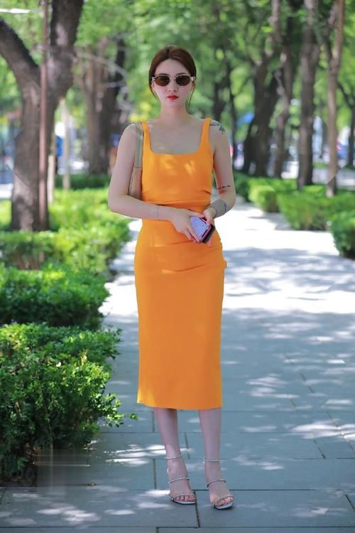 """美女""""橘黃""""色連衣裙,穿出清涼成熟韻味"""