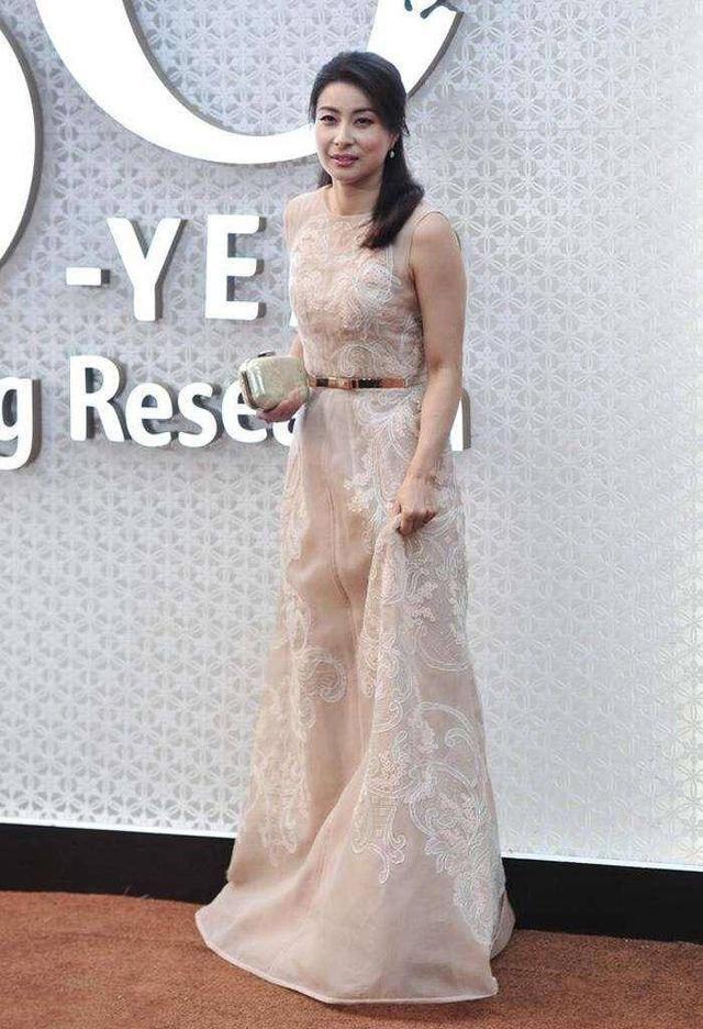 郭晶晶認真打扮很驚艷穿閃亮無袖衣同框李湘,豪門氣質穩占上風