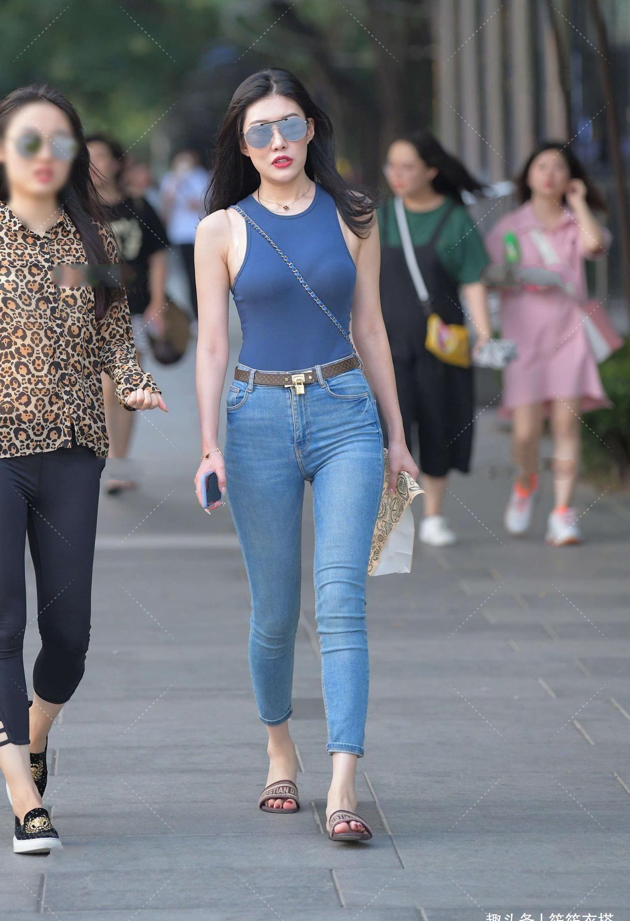 藍色背心搭配藍色牛仔褲,展現優美曲線美感,簡約大方