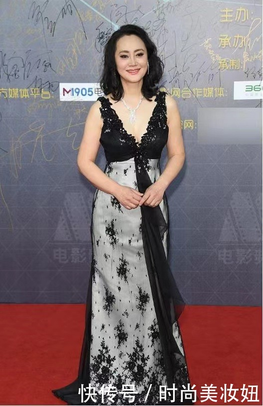 大宋佳真厲害,59歲還挑戰深V連衣裙,這狀態比小姑娘還好