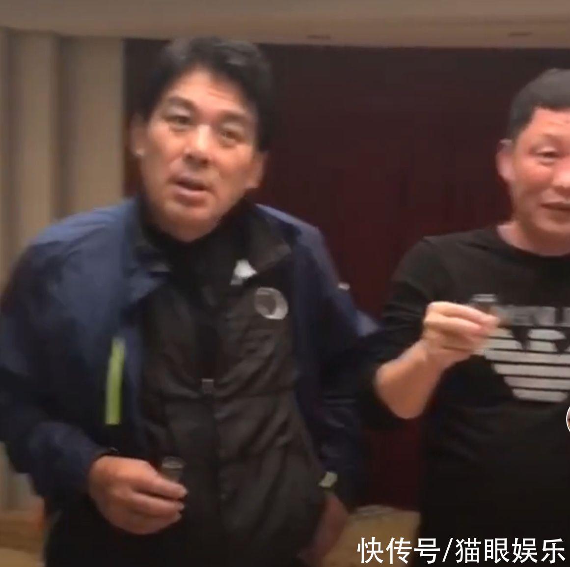 67歲朱時茂與好友聚餐!頭發烏黑啤酒肚明顯,被人敬酒還裝耳背