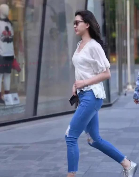 街拍:氣質清秀的美女,一條藍色的連衣裙,時尚優雅氣質