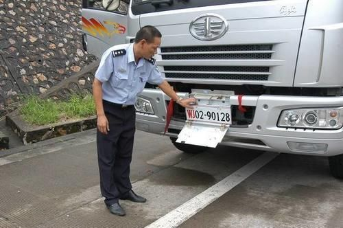 高速上遮擋車牌被攔,調看監控交警後悔瞭,這分不能扣