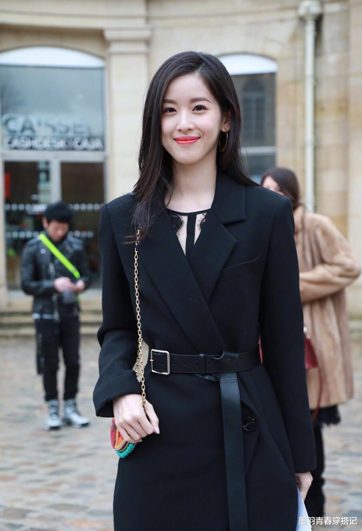 章澤天顏值太能打,黑西裝配半透打底亮相時裝周,溫婉不失霸氣