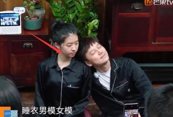 何蓝逗|《向往3》最受宠女嘉宾,何炅和彭昱畅争着靠她肩膀,一脸享受