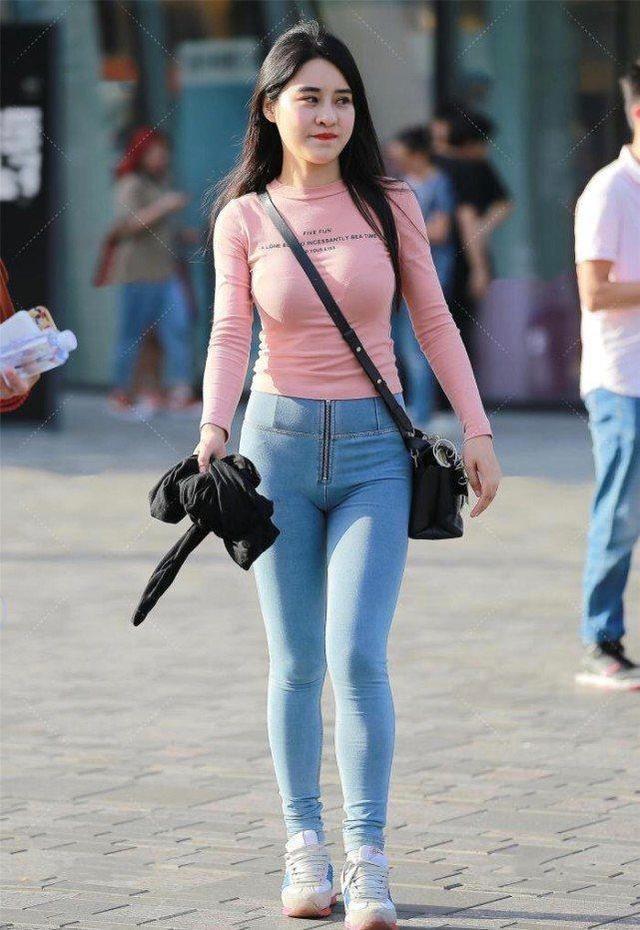粉色上衣搭配牛仔褲的清爽夏日風,橫跨包包突顯微胖身材的氣質