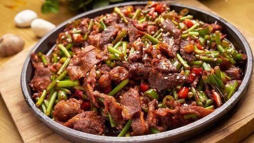 炒牛肉時,不要只會加料酒,多加種食材,牛肉又滑又嫩不粘鍋
