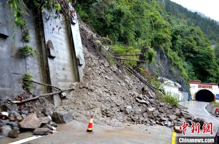 国道318线西藏通麦段发生泥石流灾害 武警官兵紧急抢通