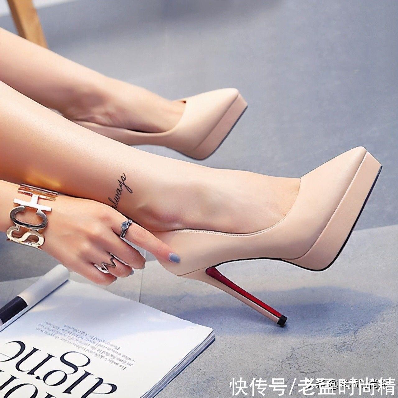 修長的美腿,配上淺口裸色高跟鞋,優雅的氣質簡直爆棚