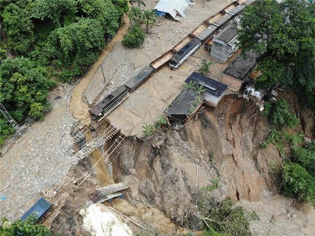 云南铁路和地方政府全力抢险腊哈地火车站突发泥石流灾害