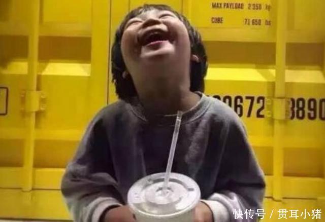 """护娃 """"小孩子喝你一口饮料怎么了"""",奶奶无理护娃,女孩:我有肺结核"""