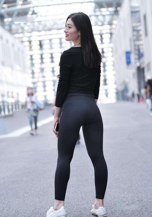 慵懶的打底褲盡顯優美的飄逸感,輕松展現出優雅范兒,簡約又幹練