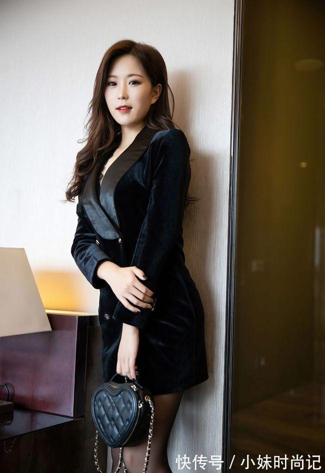 黑色修身版西裝裙,搭配黑色細跟尖頭靴,女人味十足