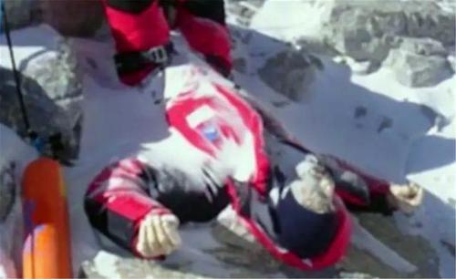 """珠峰""""睡美人""""冰封9年,百人路过选择无视,唯有一人干了件傻事!"""