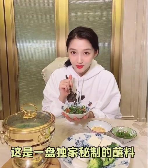 关晓彤分享冬日好物,精致小火锅治愈身心,减脂餐照样吃出仪式感