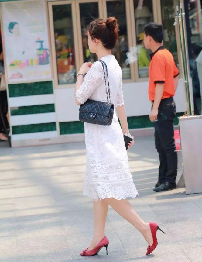 街拍:清爽的連衣裙穿出精致嫵媚感,小美女簡約的配飾讓氣質更加出眾
