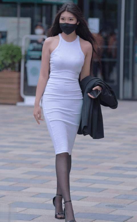 """""""無袖""""緊身包臀裙,白配黑經典穿搭,穿出獨特女人成熟魅力"""