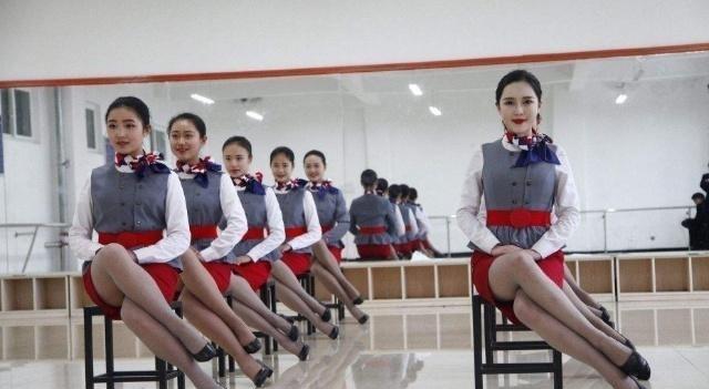 日本空姐为什么坐下的时候都是斜着腿坐? 乘务长偷偷告诉你实情