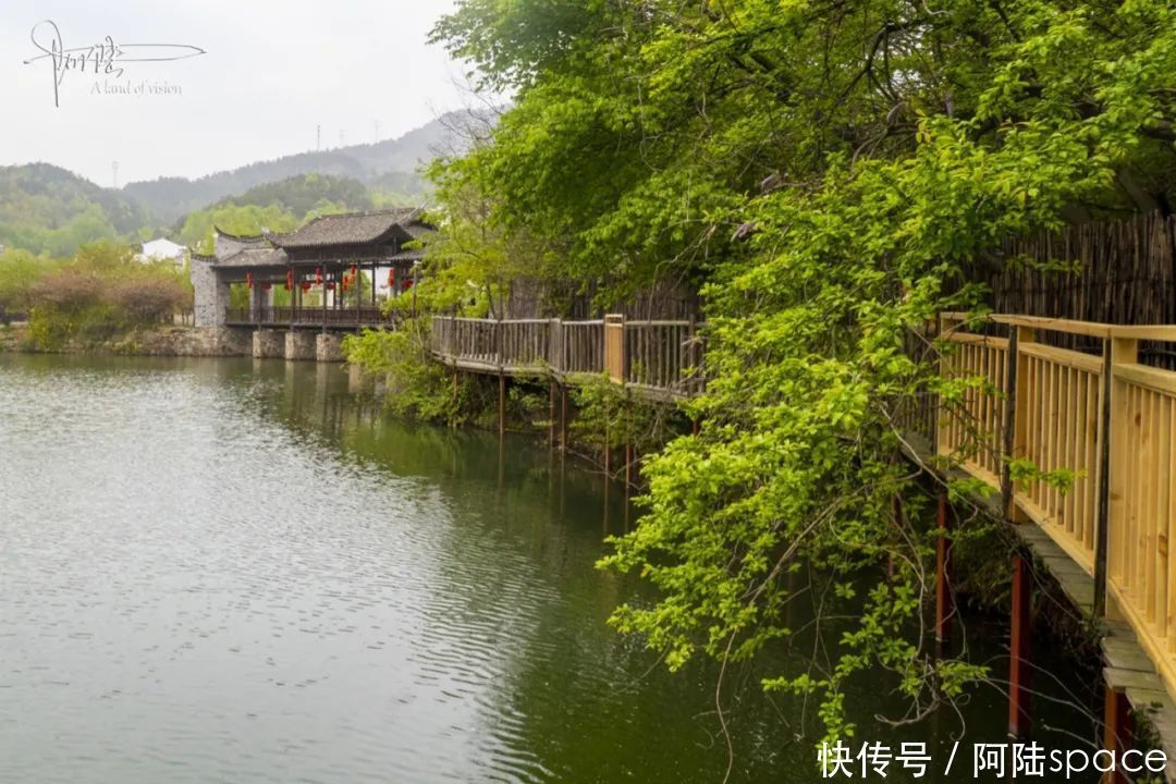 锦里沟除了建有大量的土家山寨,樱花浪漫下的女儿湖也分外迷人