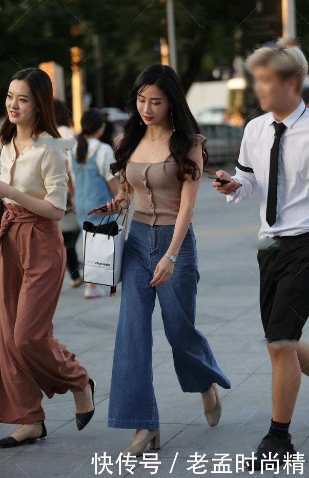 街拍:逛街穿牛仔闊腿褲,充滿瞭簡單時尚的感覺