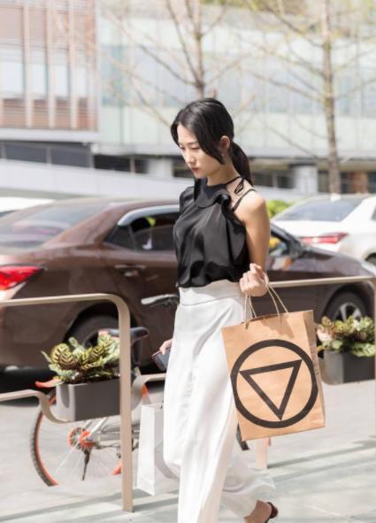 街拍:豐神冶麗的美女,黑色短袖配灰色緊身褲,時尚靚麗