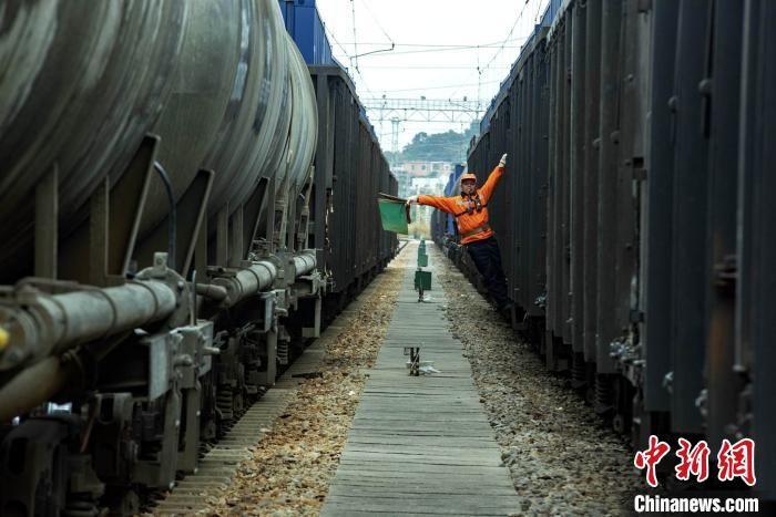 """铁路调车场上""""行进舞者""""的安全公式:99+1=0"""