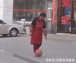 穿著圍裙的阿姨在大街上花式運球走紅 不看球胯下交叉輕松自如