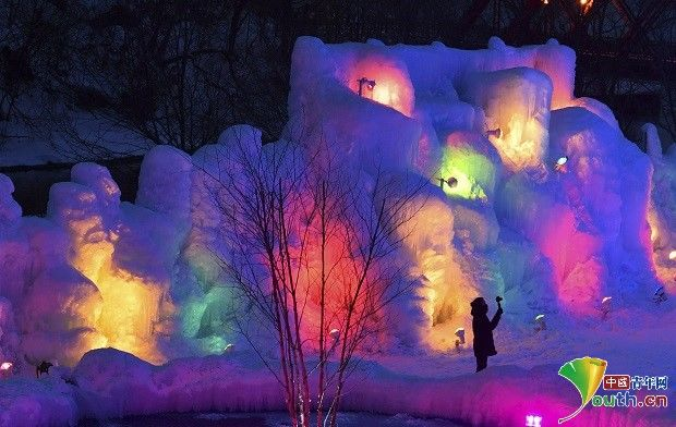 日本支笏湖冰雪节举行 冰雕绚丽多彩吸引游客