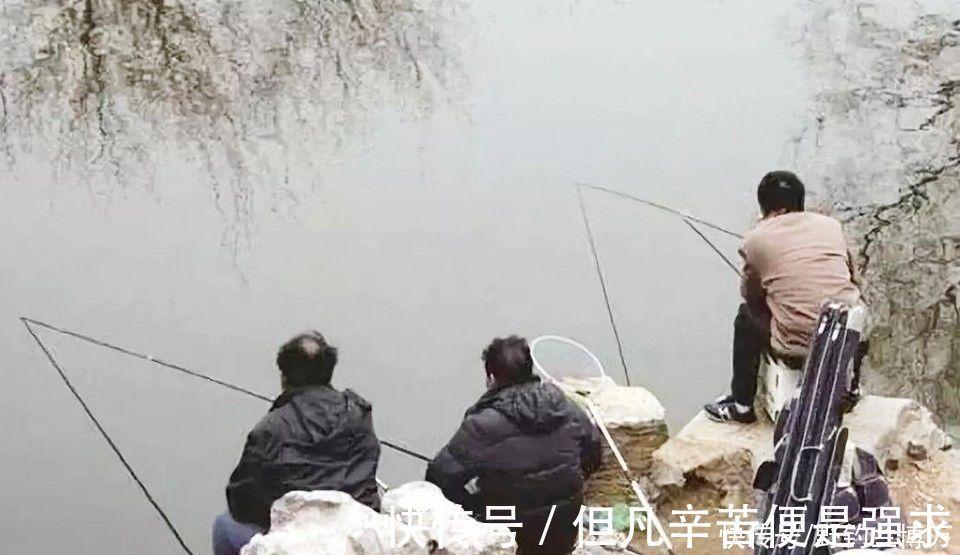 冬季 冬季钓鱼,开饵时加几滴油,饵料入水鱼儿抢着吃,附油的制作方法