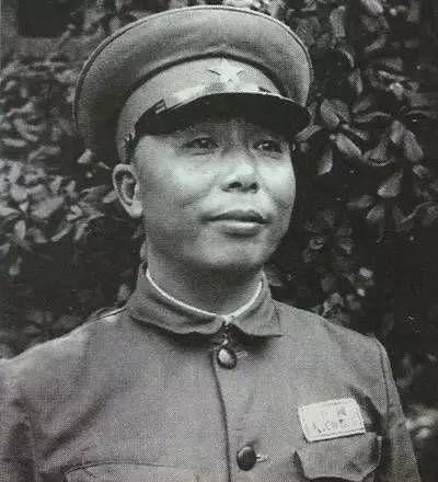 军长降级成团长,一个月后当上司令员,被俘后国军审讯员给他敬礼